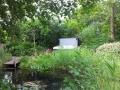 Whirlpool harmonisch an Teichanlage eingefügt